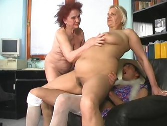Guy in sexy dress fucks two grannies in the office